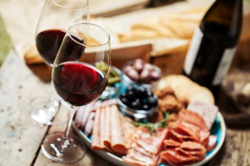 Wijn en borrelhapjes